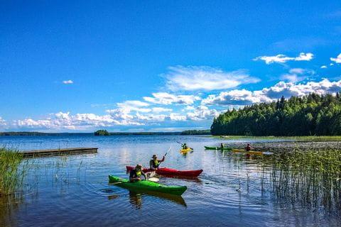 Eine Kajakgruppe im See in Finnland beim Euroaktiv Paddelurlaub