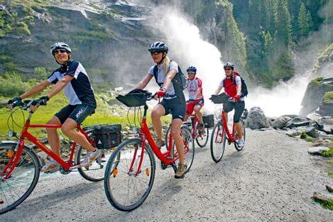 Radfahrer vor den Krimmler Wasserfällen