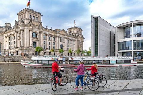 Radfahrer vor dem Paul Löbe Haus in Berlin