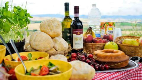 Gedeckter Tisch mit Delikatessen in der Toskana