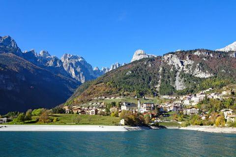 Wandern ohne Gepäck in den Brenta Dolomiten bei Molveno am See
