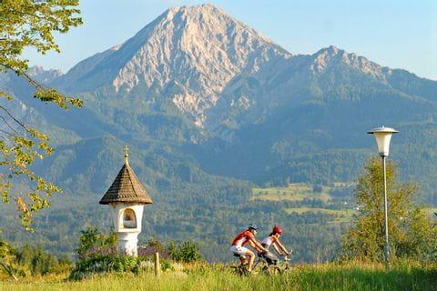 Zwei Radler vor Bergpanorama
