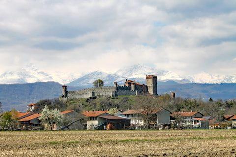 Castello Pavone, im Hintergrund die Berge
