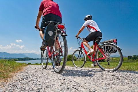 Radfahrer auf Radweg Richtung Riegsee