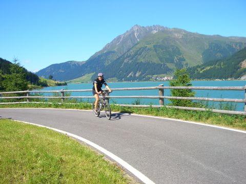 Radfahrerin am blauen Reschensee