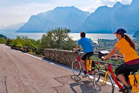 Radler fahren Richtung Gardasee
