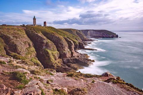 Wanderwege entlang der Küste mit Leuchtturm