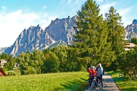 Radfahrer vor den Dolomiten