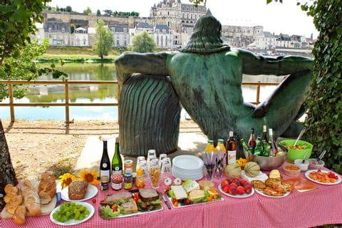 Picknick mit perfekter Aussicht auf eines der Schlösser der Loire