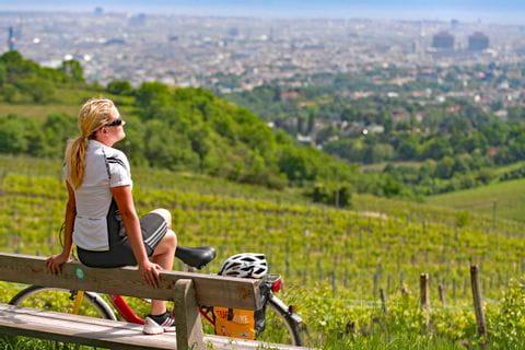 Radfahrerin genießt Sonne in Weingarten