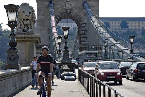Radfahrer und Autos auf der Kettenbrücke in Budapest
