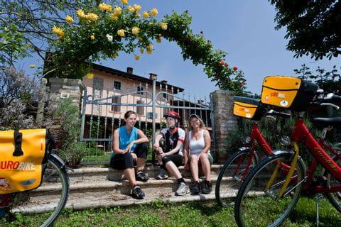 Radfahrer macht Pause am Weg von Bozen nach Venedig