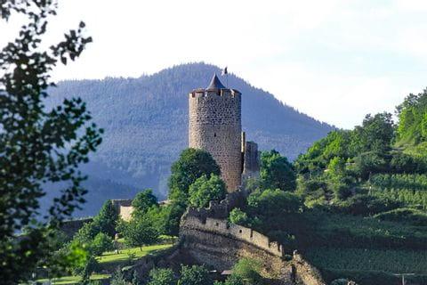 Schöne Wanderblick zu einem mittelalterlichen Turm
