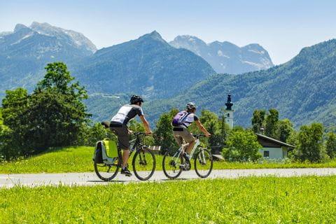 Radfahrer vor den Bergen