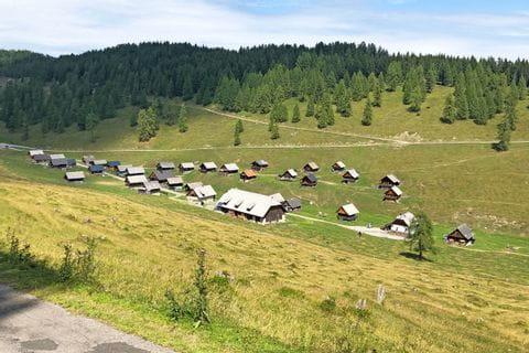 Die Eggeralm mit den zahlreichen Hütten der Gailtaler Bauern