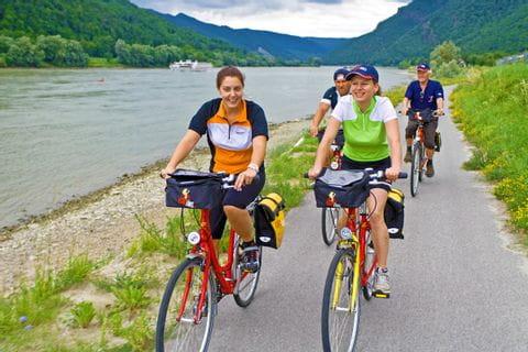 Radfahrer am Donauufer bei Aggstein