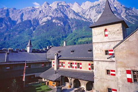Burg Hohenwerfen vor den Bergen