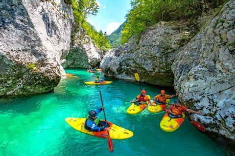 Kajakgruppe in Slowenien durch felsiges Gelände