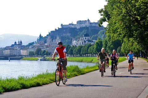 Radler am Ufer der Salzach in Salzburg