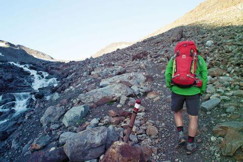 Wanderer auf steinigen Wegen in Richtung Similaunhütte