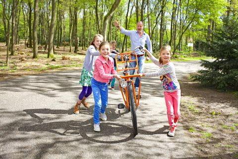 Familie fährt Fahrrad im Park in Holland