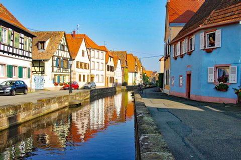 Französisches kulturelles Dorf mit Bach entlang der Wanderreise