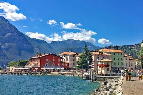 Wandern entlang der bunten Riviera am Gardasee