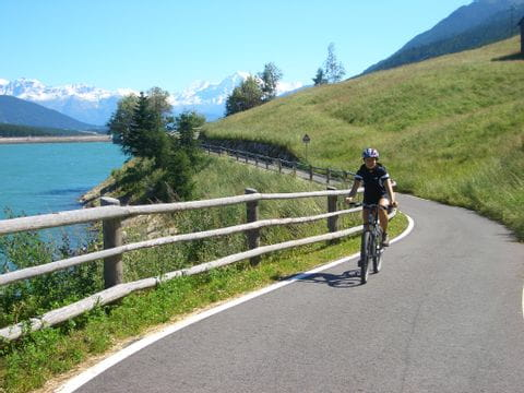 Radlerin auf dem Radweg entlang des Reschensees