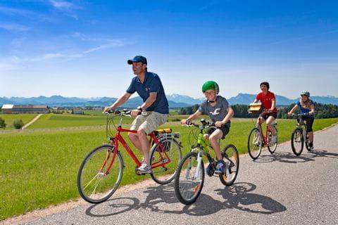 Familie fährt Fahrrad mit tollen Ausblick