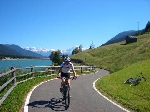 Radfahrer auf dem Radweg entlang des Reschensees