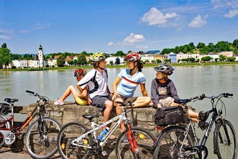 Familie macht Pause am Ufer der Donau