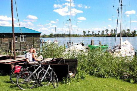 Radfahrer am Ufer eines Sees