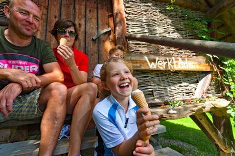 Die Familie isst ein Eis in Seeham