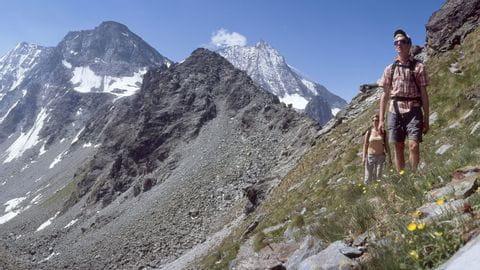 Wegweiser am Schweizer Alpenpässeweg
