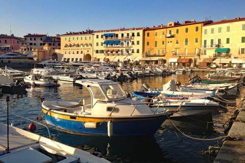 Boote in einem Hafen bei Elba
