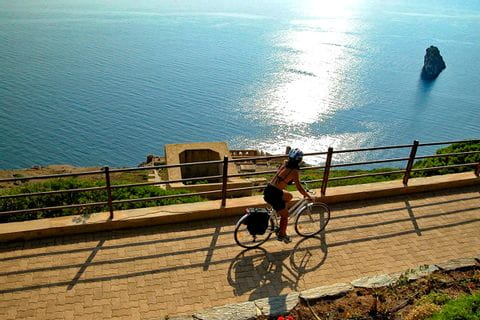 Radfahrerin am Küstenradweg