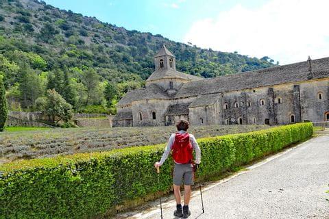 Wanderer auf dem Weg zum Kolster Sénanque