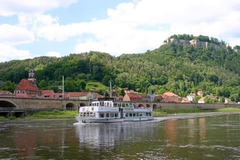 Idyllische Schifffahrt auf der Elbe