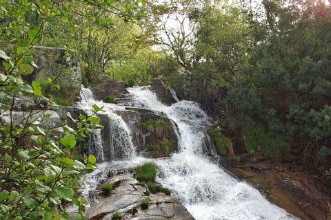 Wunderschöne Wasserfälle entlang der Wanderwege
