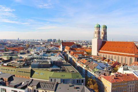 Wanderstart von München nach Garmisch mit Sicht auf die Frauenkirche