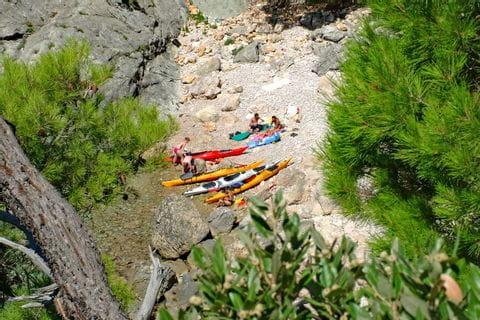 Kanuten machen Pause am Ufer