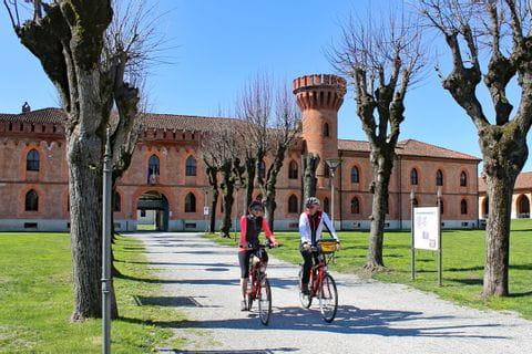 Zwei Radler vor Schloss in Pollenzo
