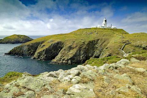 Wanderblick auf Leuchtturm in Wales