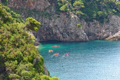 Paddelgruppe auf dem tiefblauen Meer in Dalmatien