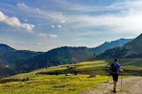 Wanderer in der Almlandschaft im Salzkammergut