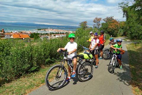 Familie am Radweg in Südtirol mit Blick in die Ferne