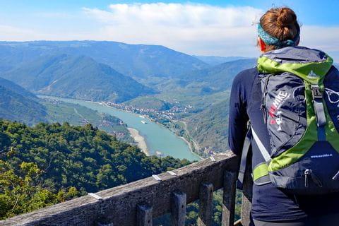 Wanderer am Seekopf mit Blick auf die Donau
