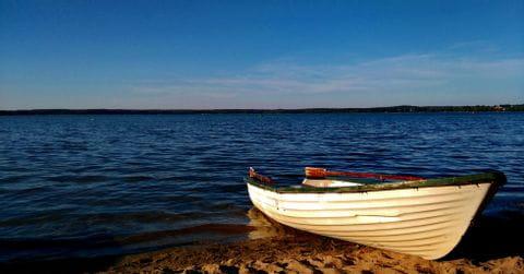 Boot am Seeufer