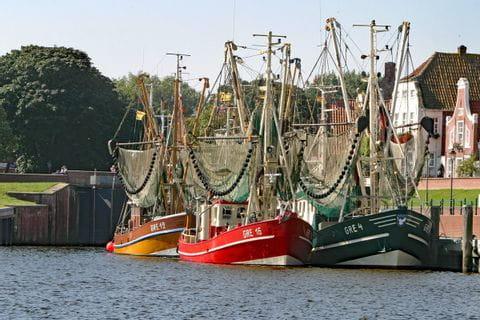 Segler im Hafen auf der Radtour in Ostfriesland