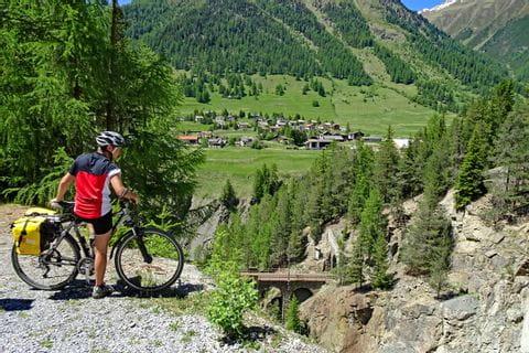 Cyclist overlooking Zernez